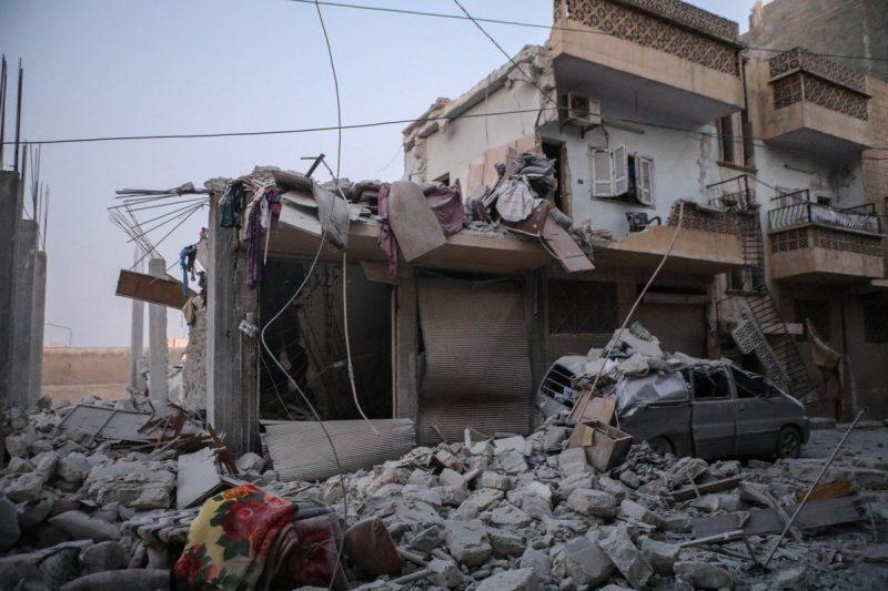Bangunan yang hancur di daerah permukiman setelah Rezim Assad melakukan serangan udara di Idlib, Suriah pada 28 Agustus 2019 [Mouneb Taim / Anadolu Agency]