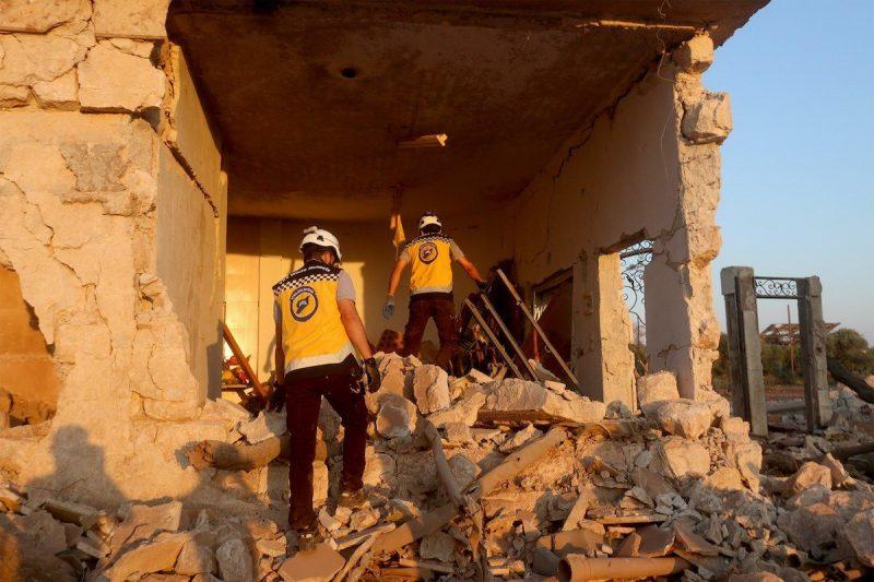 Pekerja pertahanan sipil melakukan operasi pencarian dan penyelamatan setelah pesawat perang serdadu Rezim Assad dan Rusia melakukan serangan udara di Desa Binnish, Idlib, barat laut Suriah, pada 3 Agustus 2020 [Asaad Al Asaad / Anadolu Agency]