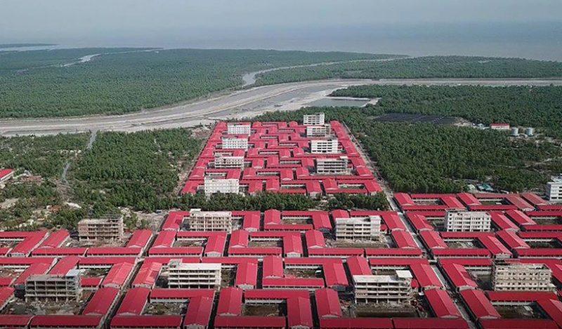 Kompleks bangunan yang didirikan untuk menampung muhajirin Rohingya di Pulau Bhashan Char di Teluk Benggala. Foto ini diambil pada 19 Juni 2019 dan dirilis pada 21 Oktober oleh Mukta Dinwiddie MacLaren Architects. (AFP)