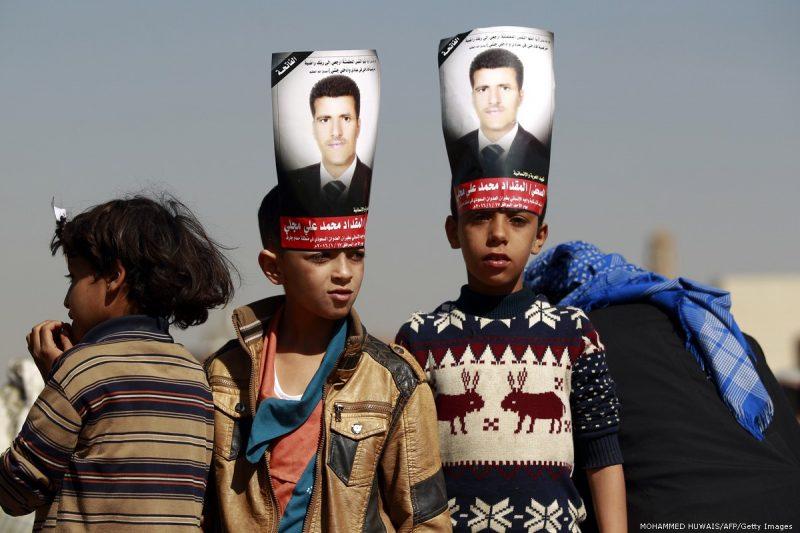 Anak-anak Yaman menghadiri pemakaman seorang jurnalis Yaman, Almigdad Mojalli, yang terbunuh pada 18 Januari 2016 [MOHAMMED HUWAIS / AFP / Getty Images]