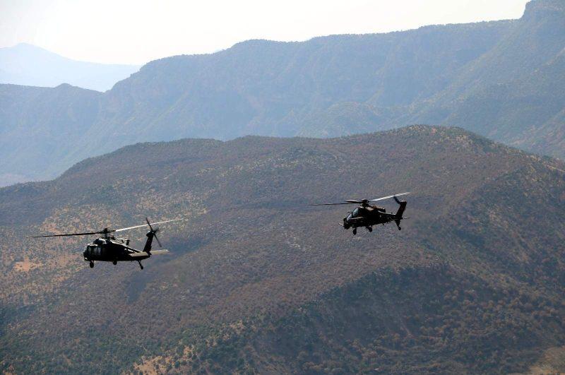 Dua helikopter militer Turki ambil bagian dalam operasi kontraterorisme melawan PKK di Siirt, tenggara Turki, 15 September 2020. Foto: DHA