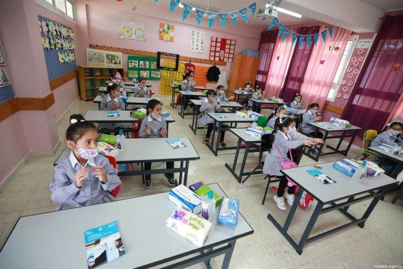 Murid Palestina yang mengenakan masker kembali ke sekolah, setelah penutupan sejak Maret guna mengekang penyebaran Covid-19, di Ramallah, Tepi Barat pada 6 September 2020. [Issam Rimawi - Anadolu Agency]