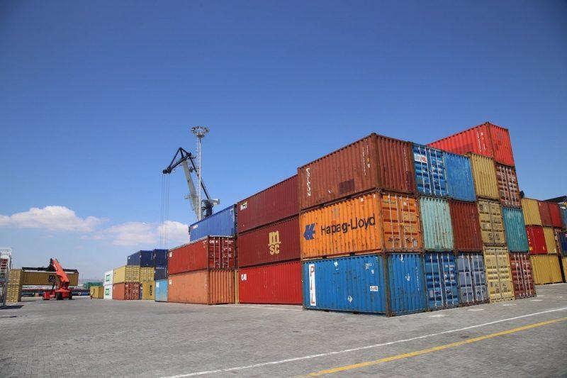 Alat berat mengangkat kontainer komoditi ekspor yang diproduksi di Turki, 27 April 2020 [Resul Rehimov / Anadolu Agency]