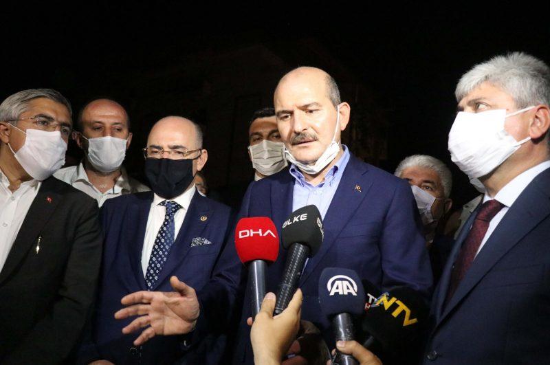 Menteri Dalam Negeri Turki, Süleyman Soylu (tengah), berbicara kepada wartawan di Hatay pada 11 Oktober 2020. (Foto AA)