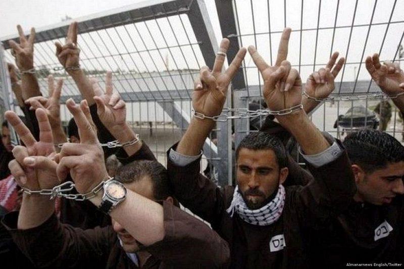 Aktivis Palestina melakukan aksi unjuk rasa sebagai bentuk solidaritas terhadap para tawanan Palestina di penjara-penjara 'Israel'. [Twitter]