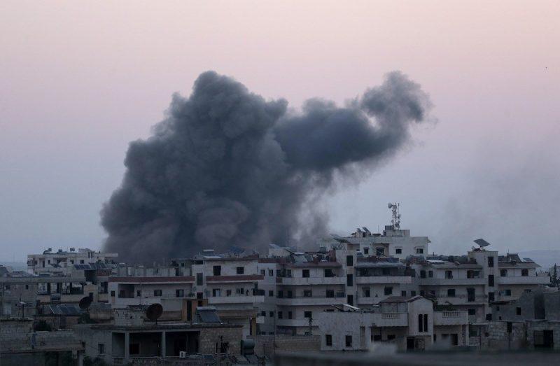 Asap mengepul setelah pesawat tempur Rusia melakukan serangan udara di Idlib Suriah pada 3 Agustus 2020 [Asaad Al Asaad / Anadolu Agency]