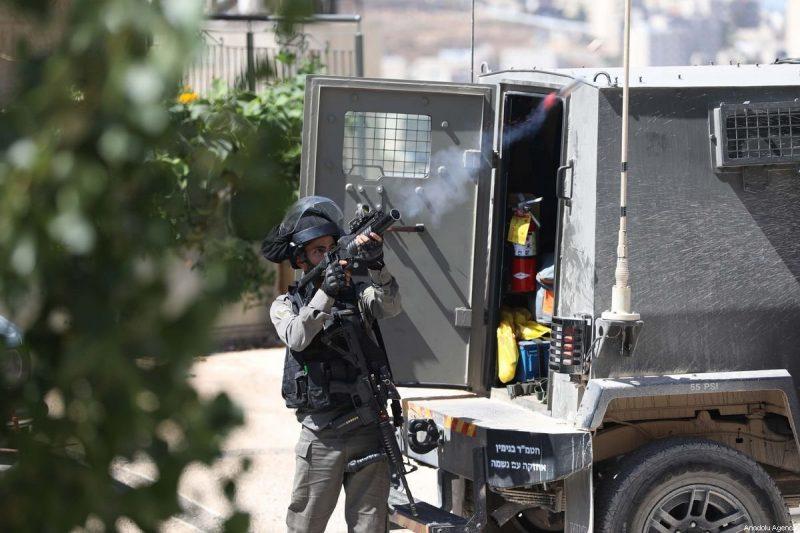 Serdadu Zionis menembakkan gas air mata ke arah warga Palestina di Tepi Barat pada 29 September 2019. Foto: Issam Rimawi/Anadolu Agency
