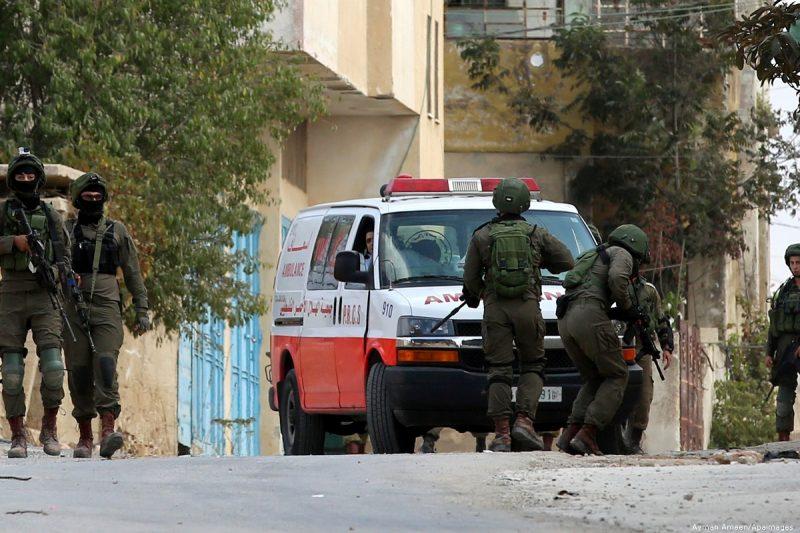 Serdadu zionis menghalangi pergerakan ambulans Palestina di Tepi Barat, pada 6 Oktober 2017 [Ayman Ameen/Apaimages]
