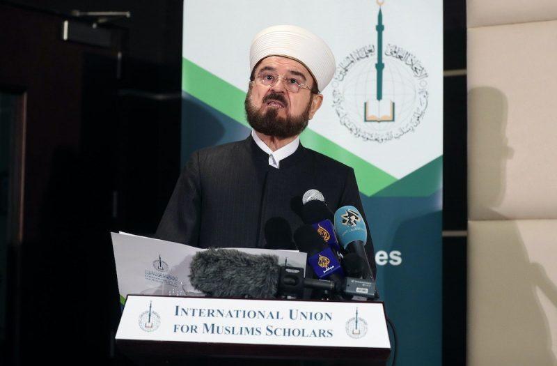 Sekjen IUMS, Ali Moheiddin al-Qaradaghi, berbicara dalam konferensi pers di ibu kota Qatar, Doha pada 1 Desember 2017. [KARIM JAAFAR / AFP via Getty Images]