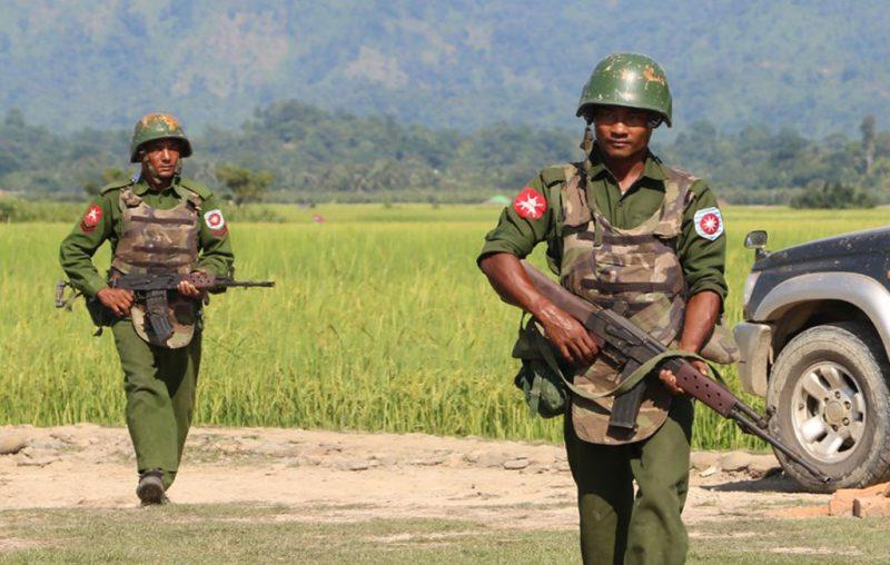 Serdadu Myanmar berpatroli di sebuah desa di Maungdaw yang terletak di Negara Bagian Rakhine, Oktober 2016 (AFP)