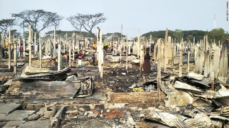 Muhajirin Rohingya mencari barang-barang mereka setelah terjadinya kebakaran di kamp Muhajirin Nayapara di Teknaf pada 14 Januari 2021. (CNN)