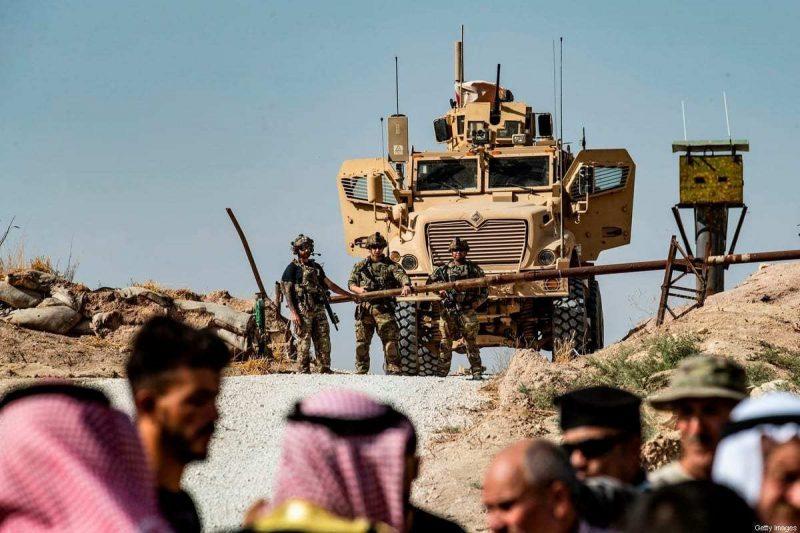 Kurdi Suriah ikut serta dalam demonstrasi menentang ancaman Turki di pangkalan koalisi internasional pimpinan AS di pinggiran Ras al-Ain di Suriah [Delil Souleiman / AFP via Getty Images]