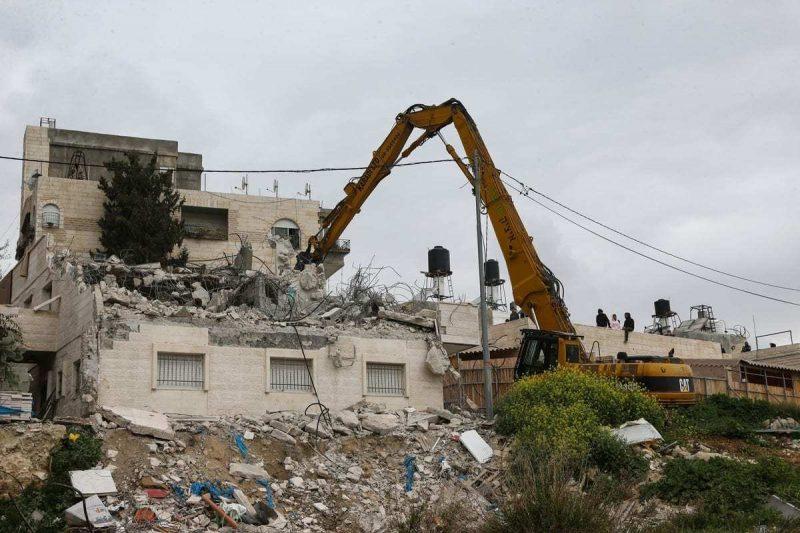 Gerombolan serdadu zionis menghancurkan rumah warga Palestina di Jerusalem pada 1 Maret 2021. Foto: Mostafa Alkharouf/Anadolu Agency