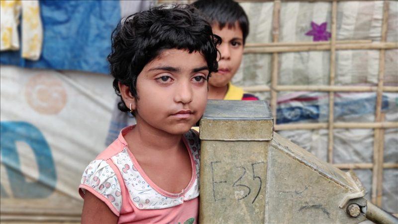 Gadis Rohingya, Samina (7) – salah satu korban penganiayaan rezim Myanmar – merupakan pasien tetap Rumah Sakit Lapangan Turki di kamp muhajirin Rohingya di selatan Bangladesh. Samina menyambut gembira pembangunan kembali rumah sakit lapangan di kamp tersebut. Foto: Md. Kamruzzaman – Anadolu Agency