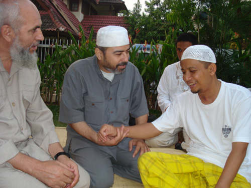 Syaikh Abu Bakr Al-'Awawida (kiri) dan Direktur Al-Sarraa Foundation (tengah) pada Ramadhan 1428 H (2007) mengunjungi Ustadz Arifin Ilham, yang waktu itu baru pulih dari operasi di lehernya. Foto: Sahabat Al-Aqsha