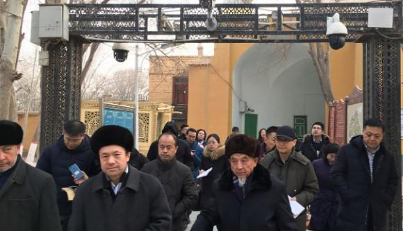 Para imam dan pejabat rezim melintas di bawah kamera keamanan saat mereka meninggalkan Masjid Id Kah selama perjalanan yang diatur rezim di Kashgar, XUAR, 4 Januari 2019. Foto: RFA