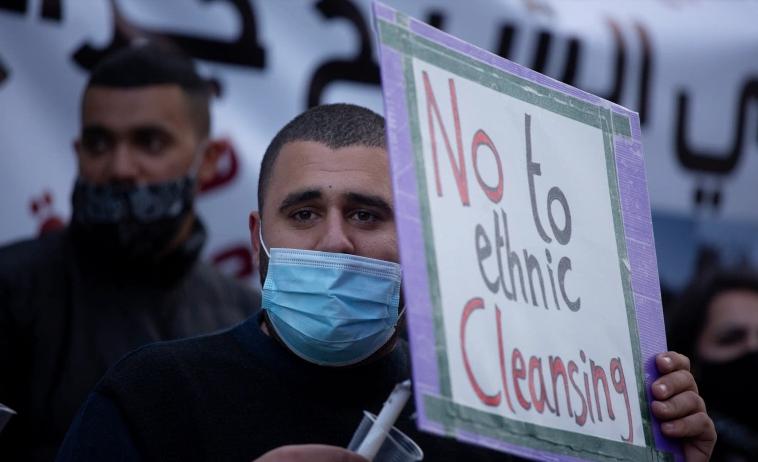 Seorang pria ikut ambil bagian dalam acara peringatan Hari Tanah di lingkungan Syaikh Jarrah di timur Baitul Maqdis, dimana warga Palestina berada di bawah ancaman pengusiran dan penggusuran dari rumah mereka. Foto: Maya Alleruzzo/AP