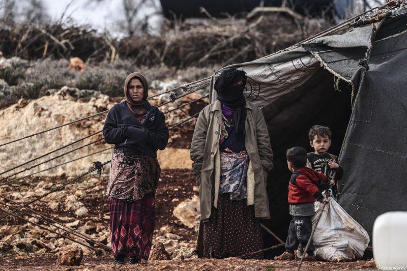 Warga Suriah saat berada di luar tenda darurat mereka di Turki pada 18 Januari 2021 [Metin Akta?/Anadolu Agency]