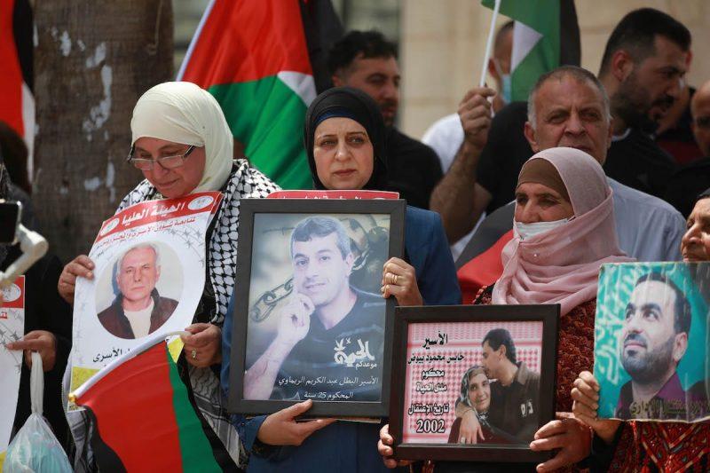 Warga Palestina berkumpul untuk menggelar protes mendukung para tawanan Palestina di penjara-penjara 'Israel' selama Hari Tawanan Palestina di Ramallah, Tepi Barat, pada 18 April 2021. [Issam Rimawi - Anadolu Agency]