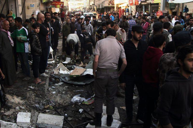 Para petugas memeriksa tempat kejadian setelah serangan bom yang dilakukan oleh kelompok PKK di pusat Kota al-Bab, di Suriah Utara, pada 10 Mei 2020 [Mustafa Bathis - Anadolu Agency]