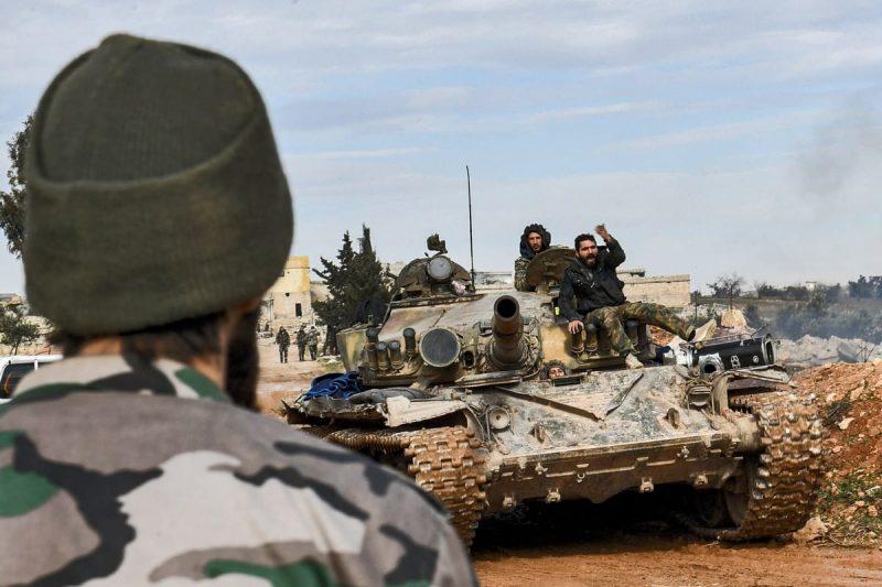 Serdadu rezim Suriah duduk di atas sebuah tank di Suriah pada 1 Februari 2020 [AFP/Getty Images]