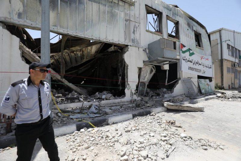Para pejabat memeriksa reruntuhan kawasan industri Gaza yang dihancurkan oleh serangan udara Zionis Mei 2021. [Mohammed Asad/Middle East Monitor]