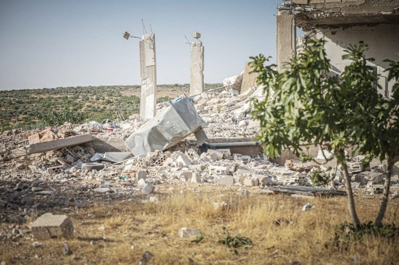 Sebuah bangunan hancur digempur rezim Bashar al-Assad dan kelompok teroris asing sekutu mereka –yang didukung Iran– di zona de-eskalasi di Provinsi Idlib, barat laut Suriah, 3 Juli 2021 [Muhammed Said - Anadolu Agency]