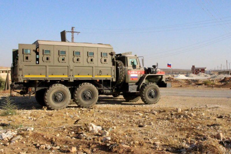 Kendaraan militer milik pasukan koalisi Rusia dan Suriah berada di Distrik Dara'a al-Balad, di provinsi selatan Suriah, Dara'a, pada 24 Agustus 2021. [Sam Hariri/AFP via Getty Images]