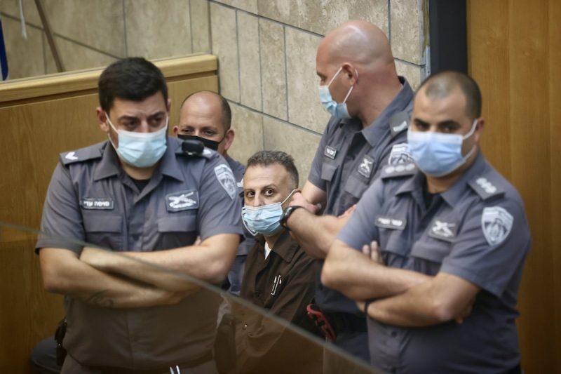 Yaqub Qadri dikelilingi oleh serdadu zionis selama persidangannya, 11 September 2021, setelah penangkapannya. [Mostafa Alkharouf – Anadolu Agency]