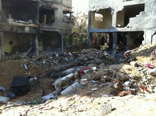 Kawah yang diakibatkan roket-roket yang menghantam rumah keluarga Al-Dallou yang membunuh belasan anggota keluarga itu, termasuk empat anak-anak, saat kepala rumah tangga Hasan Al-Dallou pergi ke masjid. foto: Sahabat Al-Aqsha