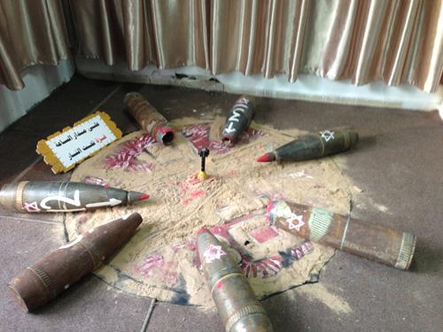 Bekas-bekas bom dan roket zionis yang dipamerkan di pintu perbatasan Rafah, Gaza. foto: Sahabat Al-Aqsha