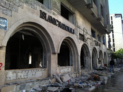 Gedung Bank Islam Nasional Palestina yang sama sekali tak bisa berfungsi sesudah diserang roket-roket zionis. foto: Sahabat Al-Aqsha