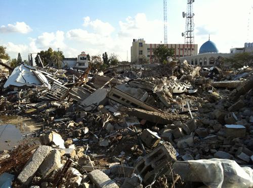 Lima bangunan pemerintah Palestina di tengah kota Gaza porak-poranda bagaikan dilantak Tsunami, karena serangan roket-roket zionis foto: Sahabat Al-Aqsha
