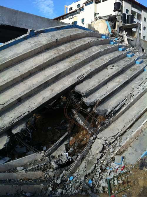 Stadion yang ambruk sama sekali tak bisa berfungsi karena diroket zionis foto: Sahabat Al-Aqsha