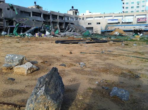 Batu-batu pecahan bangunan Stadion yang hancur bertebaran di seluruh lapangan. foto: Sahabat Al-Aqsha