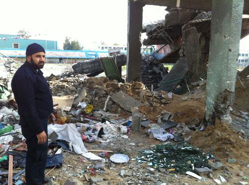 Seorang anggota kepolisian Palestina di depan pintu masuk stadion yang diserang zionis. foto: Sahabat Al-Aqsha